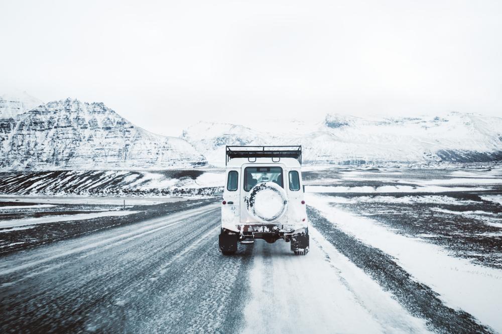 Voiture sur la route numéro 1 en Islande le road trip ultime